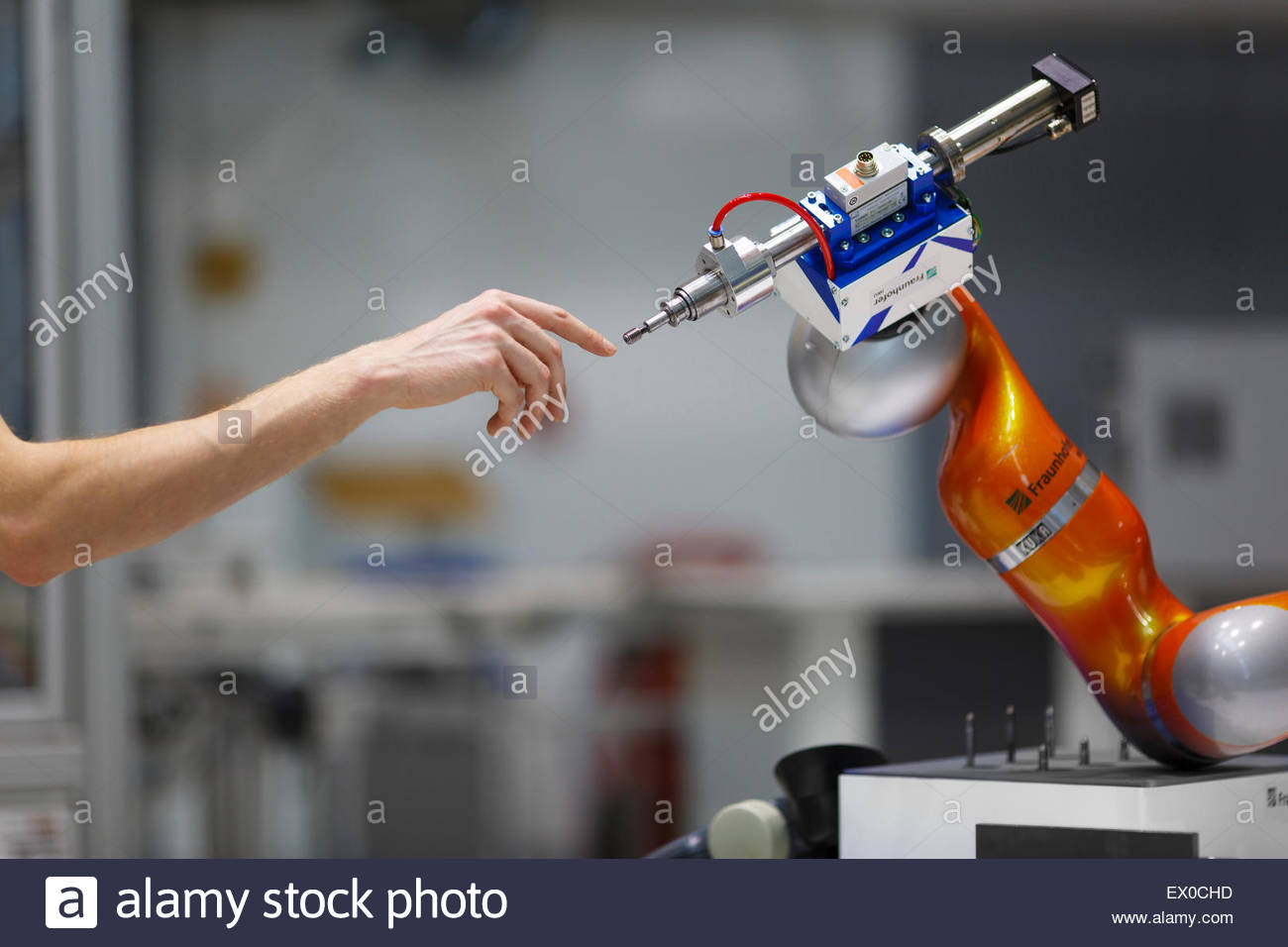 Symbolisches Bild für Mensch - Maschine - Kooperation Stockbild
