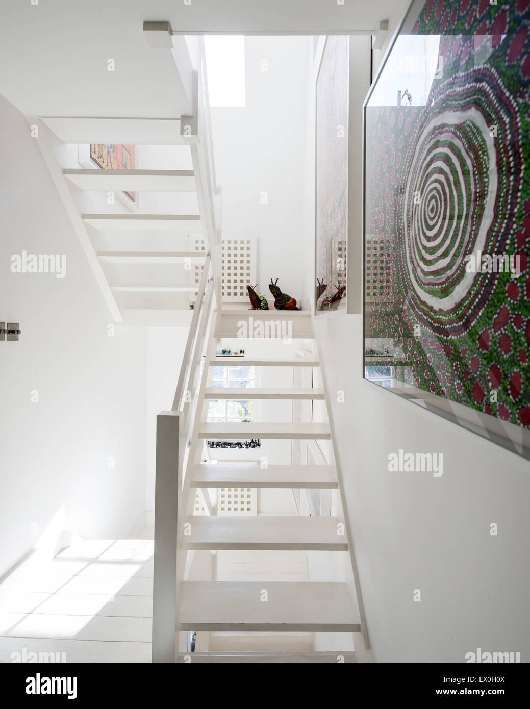 Weiße Holztreppe weiße holztreppe mit kunst durch die spinifex hill künstler an der