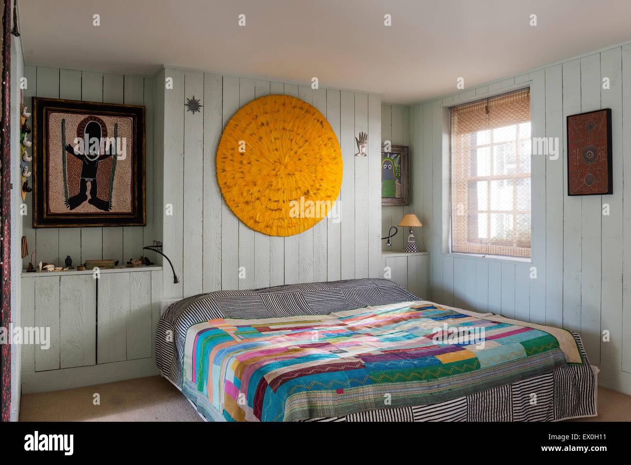 Charmant Eine Gelbe Feder Mandala Mit Malerei Von Aborigine Künstler David Downs Von  Set Designer Simon Costin über Dem Bett Im Schlafzimmer Gemacht.