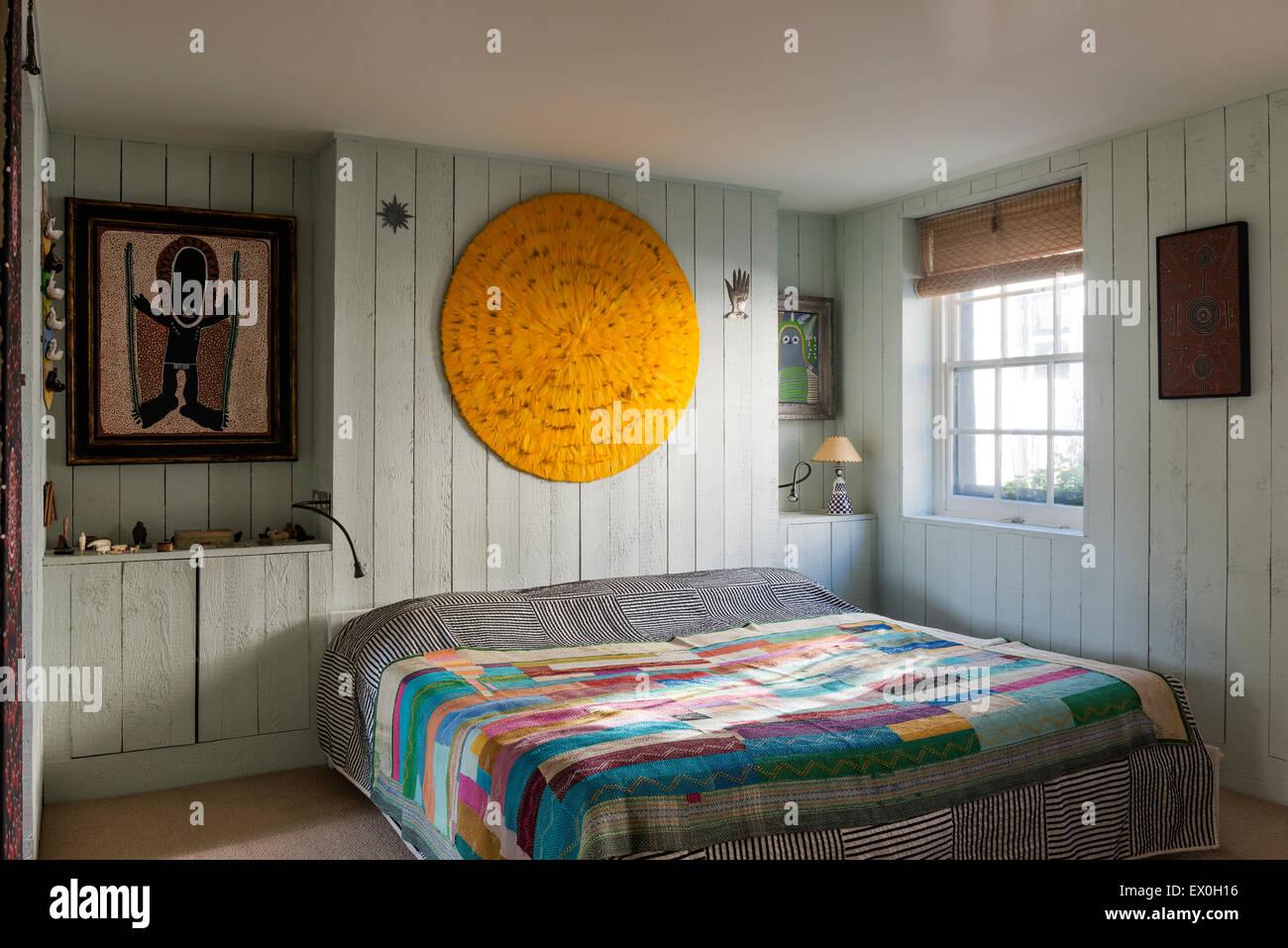 Eine Gelbe Feder Mandala Mit Malerei Von Aborigine Künstler David Downs Von  Set Designer Simon Costin über Dem Bett Im Schlafzimmer Gemacht.
