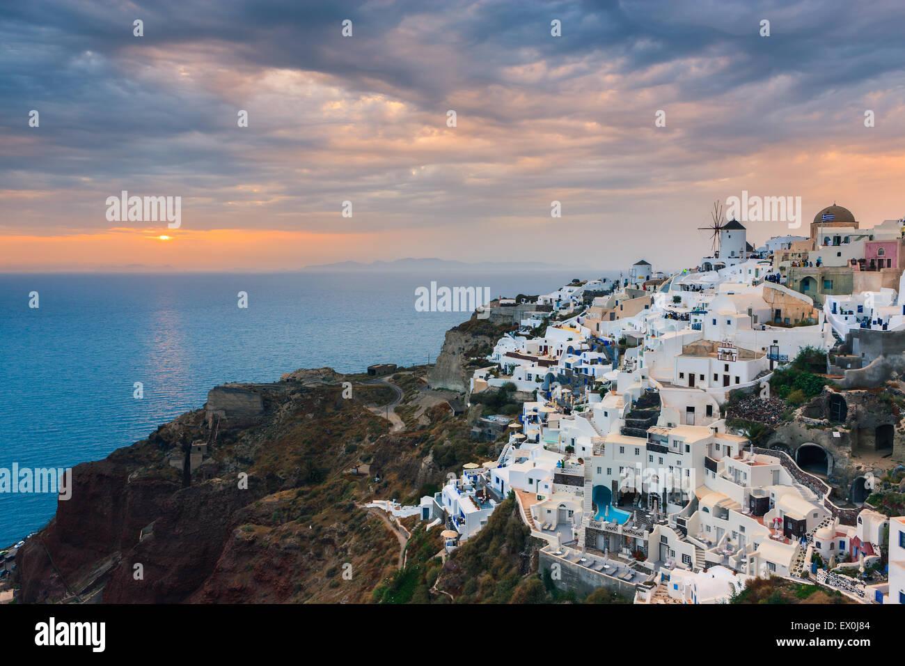 Die Stadt Oia während des Sonnenuntergangs auf Santorini, einer der Kykladen im Ägäischen Meer, Griechenland. Stockfoto