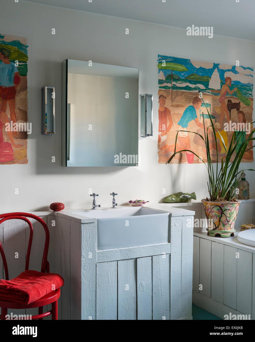 Holz Verkleidet Waschbecken Und Badewanne Im Badezimmer Mit Roten