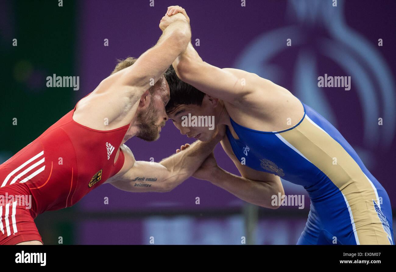 Baku, Aserbaidschan. 17. Juni 2015. Deutschlands Marcel Ewald (rot) konkurriert mit Viktor Lebedev (blau) der Russischen Stockbild