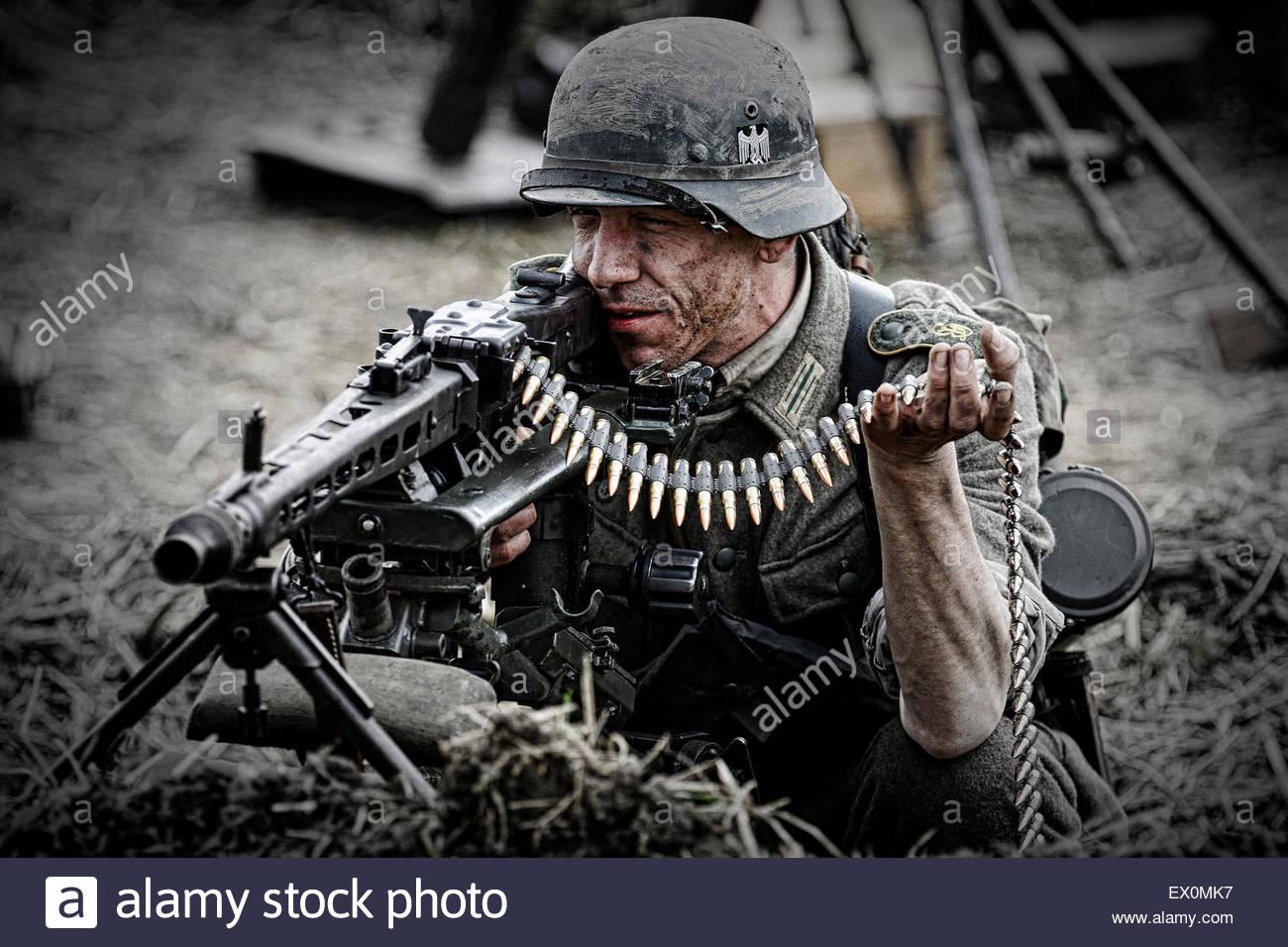 re enactment in deutschen wehrmacht milit runiform mit mg42 stockfoto bild 84838747 alamy. Black Bedroom Furniture Sets. Home Design Ideas