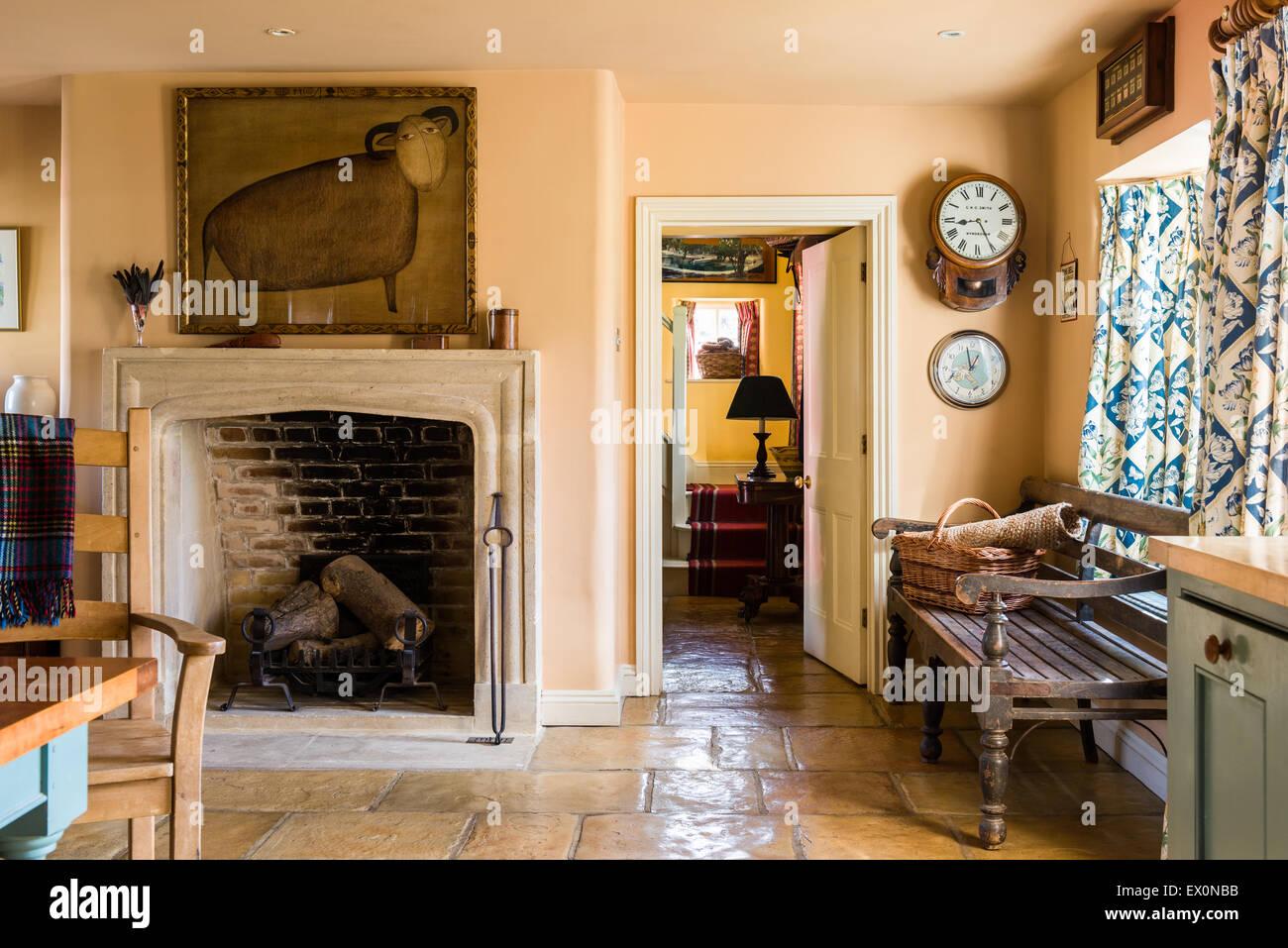 Offener Kamin in der Küche mit Steinplatten Bodenbelag Stockfoto ...
