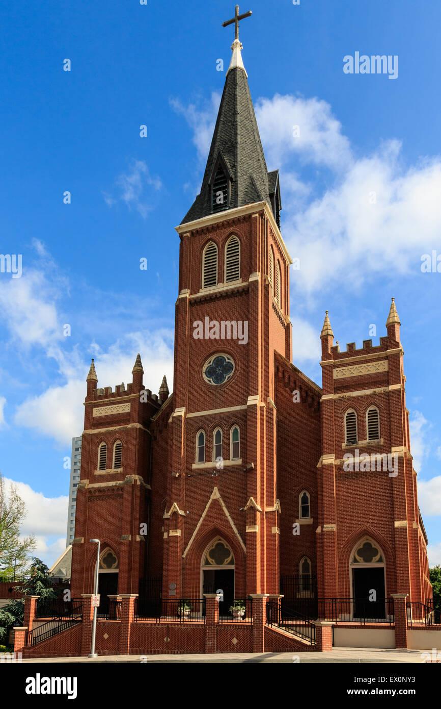 Alte Kathedrale St. Joseph ist auf der anderen Straßenseite von der Oklahoma City Bombing Memorial. Stockbild