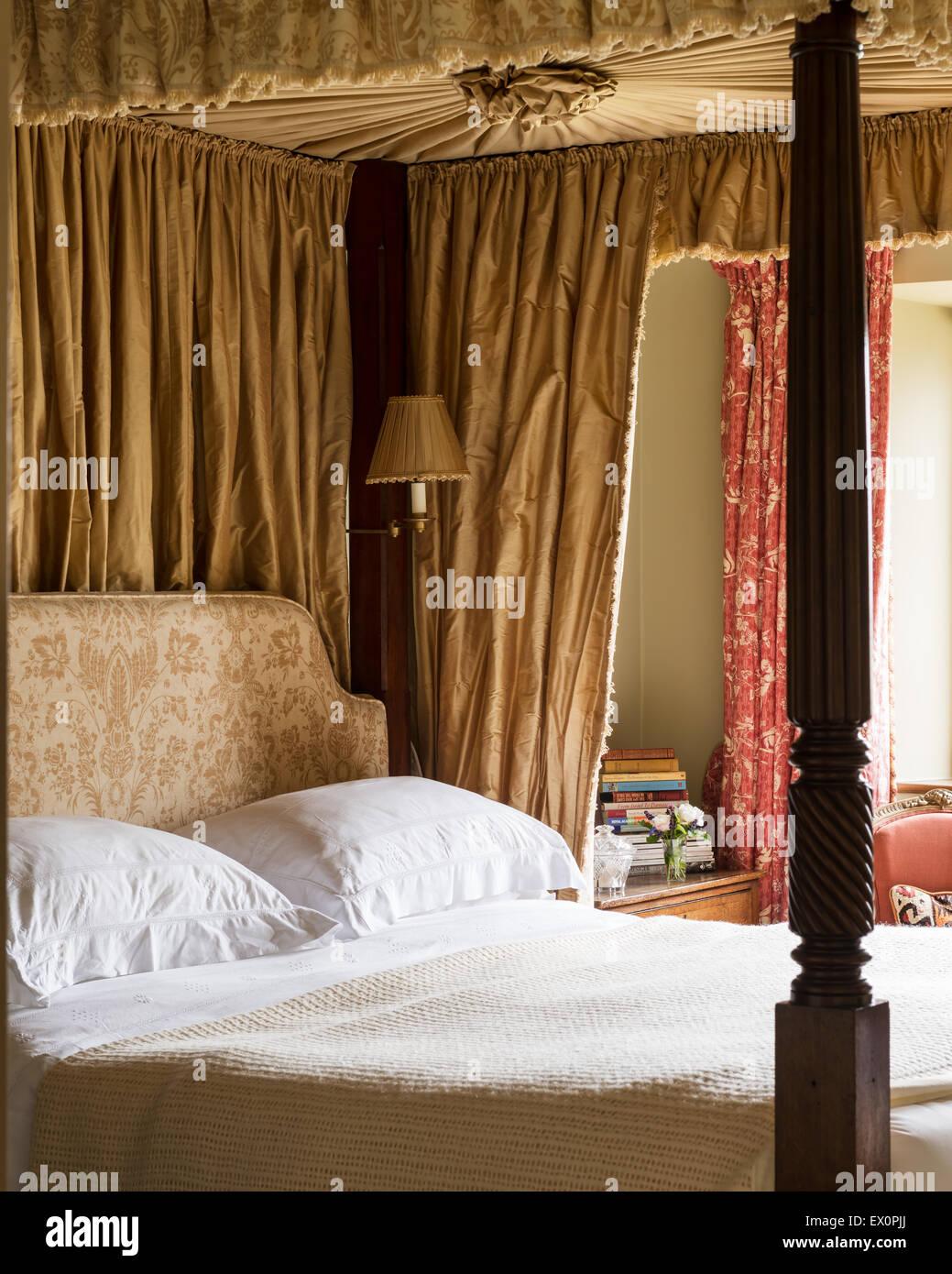 - Four Poster Bed With Curtains Stockfotos Und -bilder Kaufen - Alamy