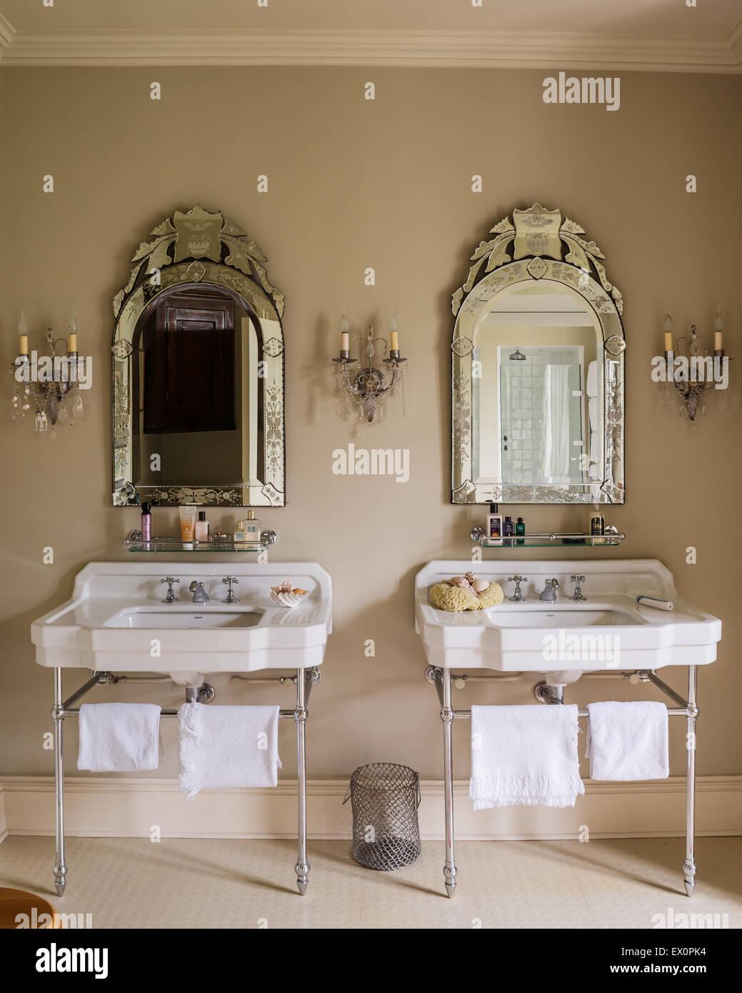 Passenden Waschbecken aus Cesame mit Spiegel aus Glas gerahmt von ...