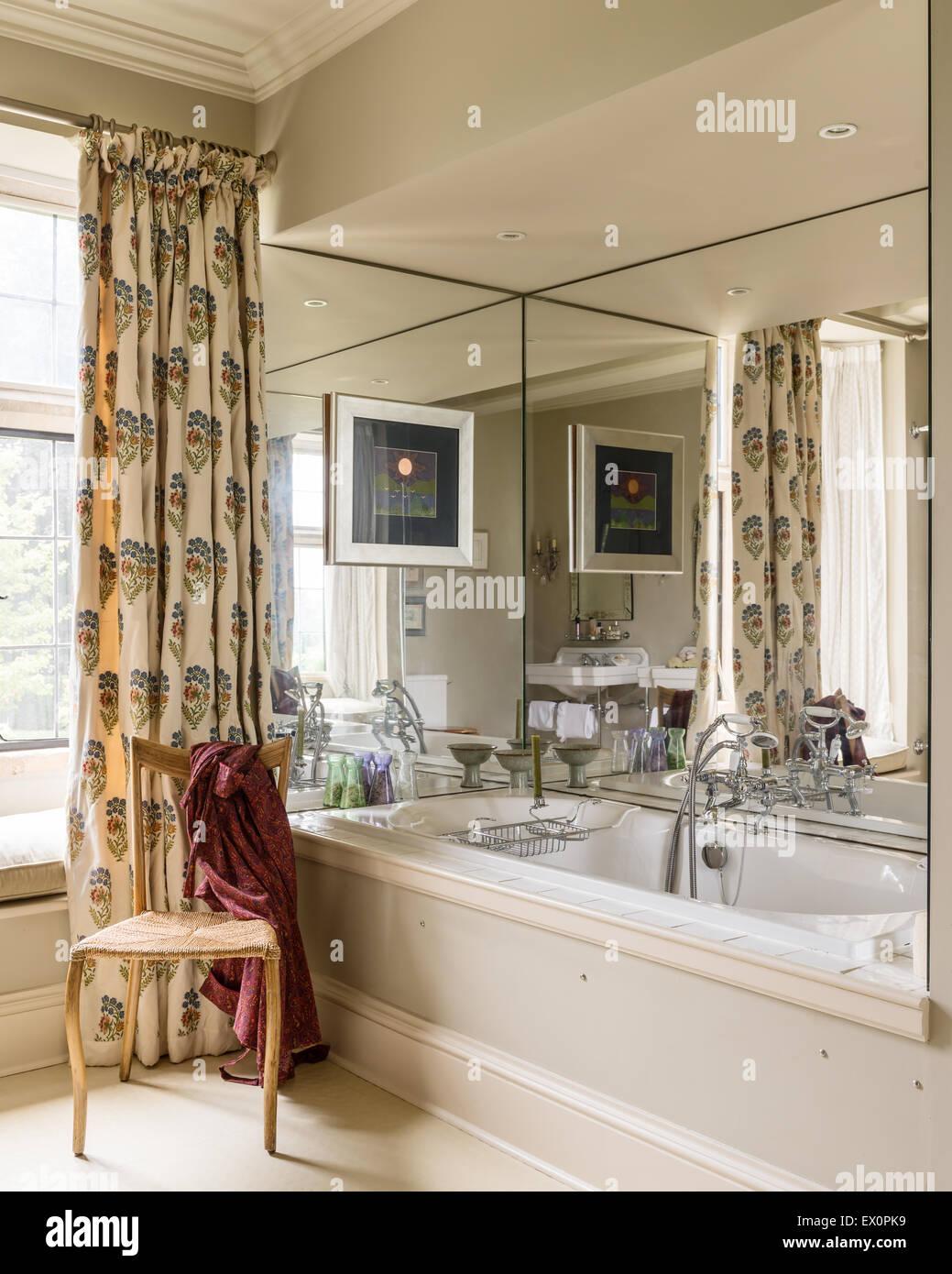 Bodenlange gemusterten Vorhang im Badezimmer mit verspiegelten Bad ...
