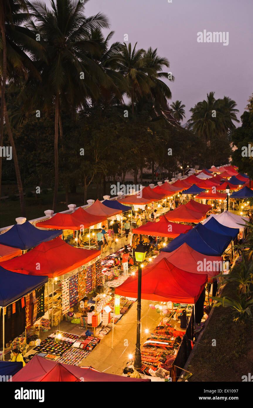 Nachtmarkt von oben. Luang Prabang, Laos Stockbild