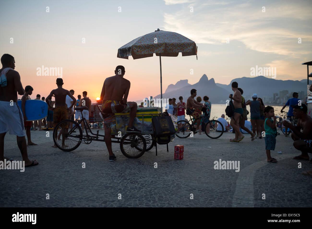 RIO DE JANEIRO, Brasilien - 21. Februar 2015: Anbieter und Touristen versammeln sich am Arpoador für das tägliche Stockbild