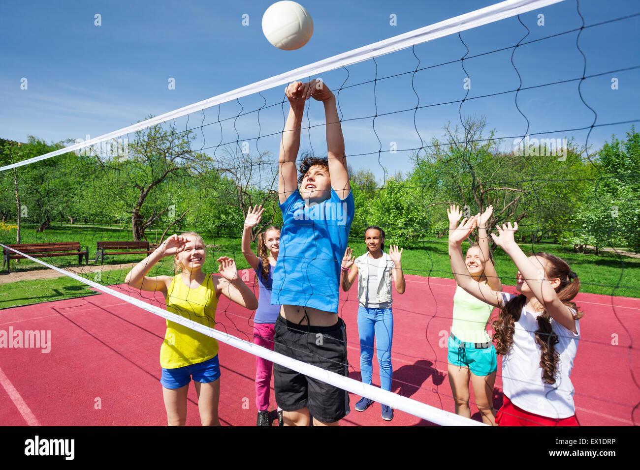 Teens sind alle mit Arme nach oben spielen volleyball Stockbild