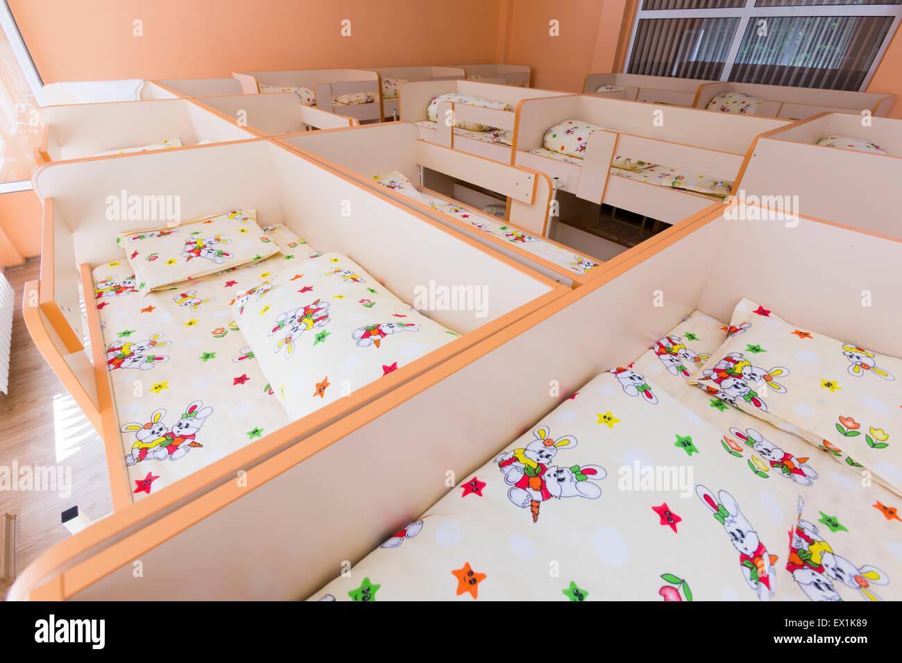 Neue Kindergarten-Schlafzimmer mit kleinen Etagenbetten mit Treppe ...