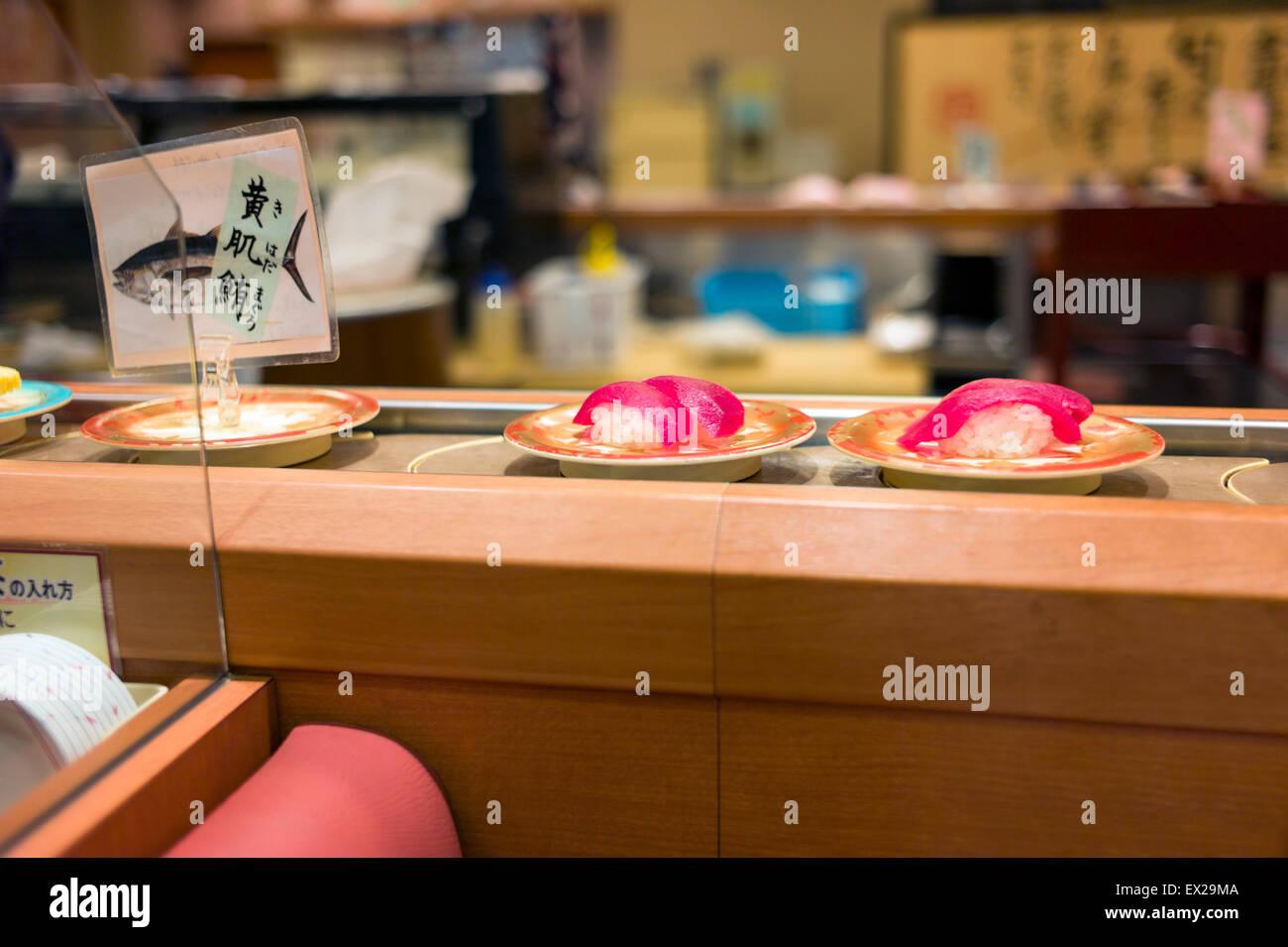 Drehung-Sushi im japanischen Restaurant. Stockbild