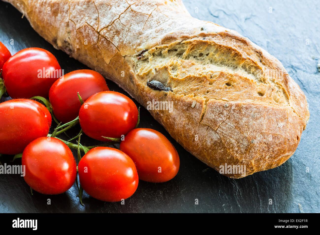 Frische Olive Bead und Eiertomaten auf Schiefer Hintergrund Stockbild