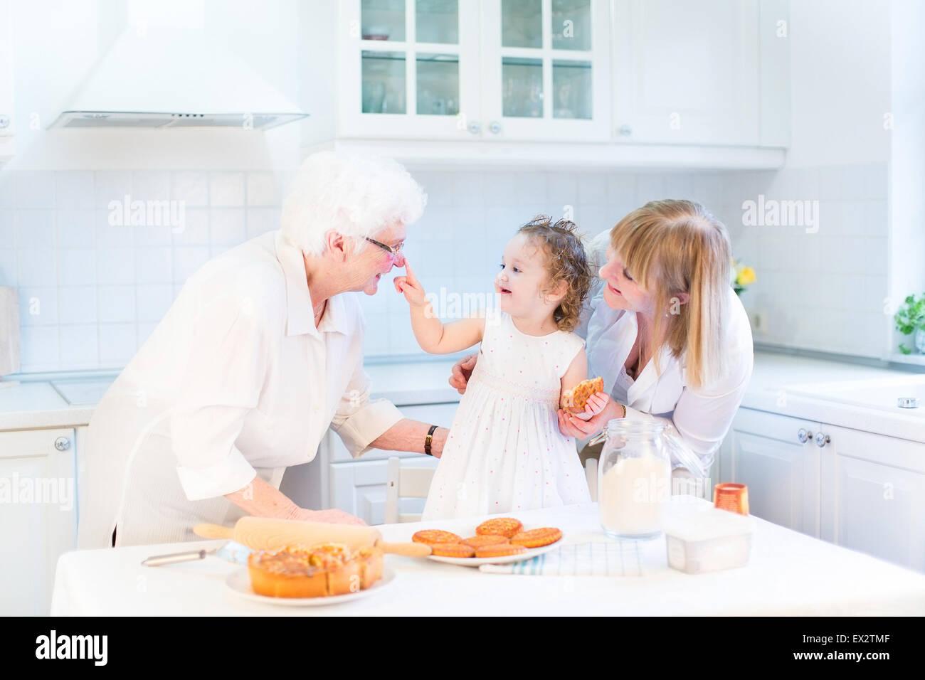 Lustige Kleinkind Mädchen spielen in der Küche Spaß Backen einen ...