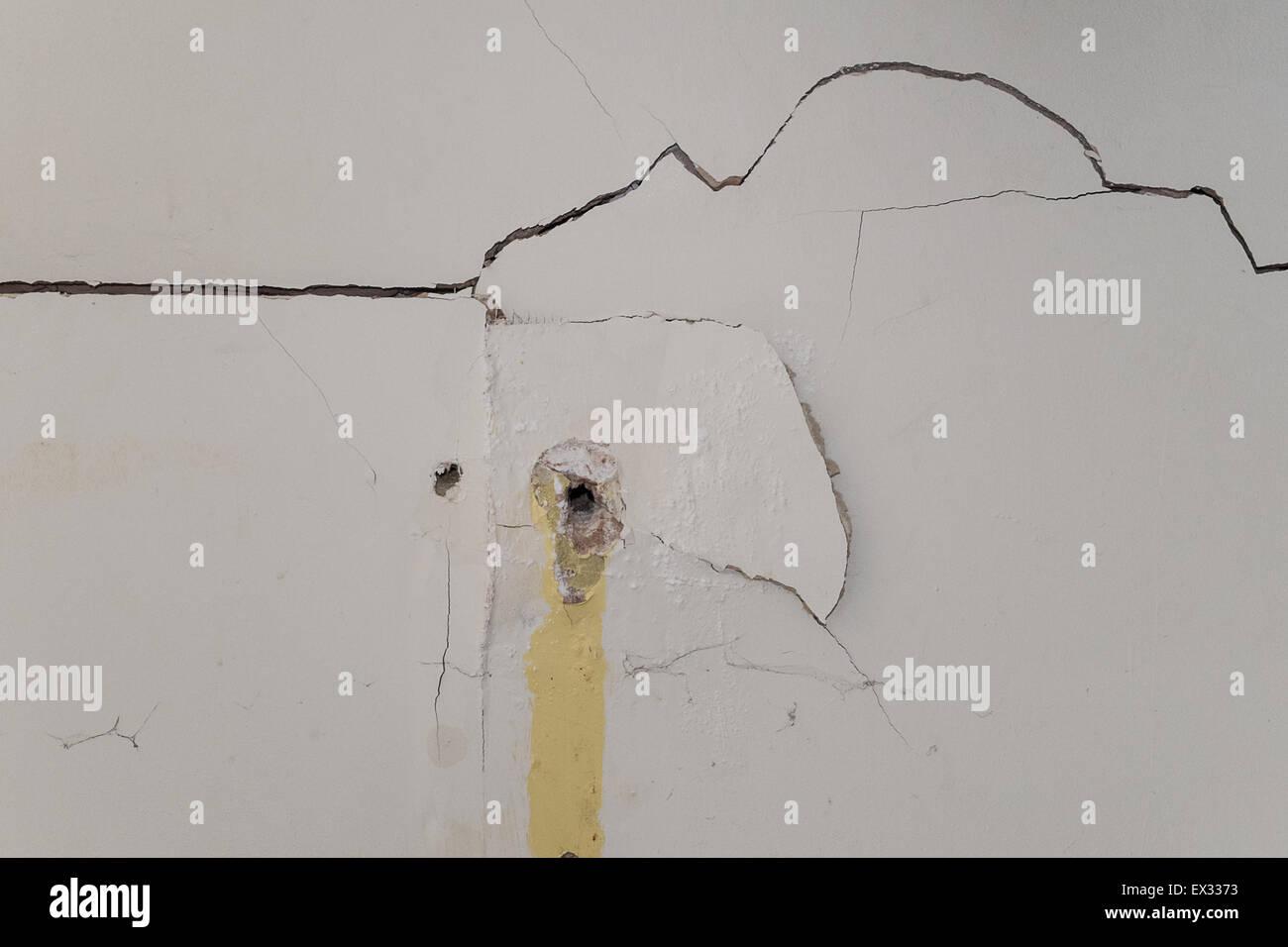 Stark Beschadigte Innen Gipskartonwand Mit Bohrungen Stockfoto Bild
