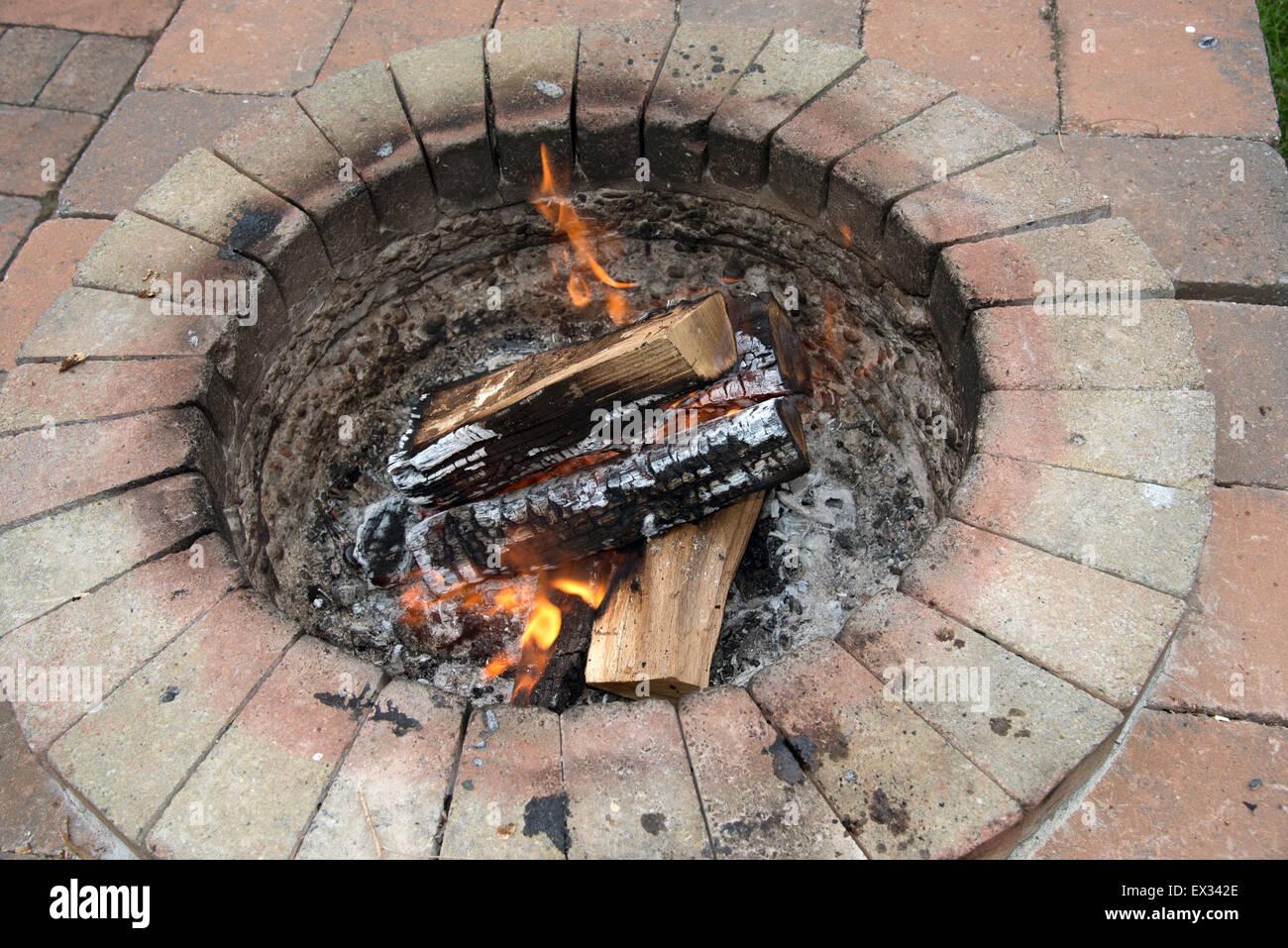 verbrennung von holz in einem garten feuerstelle fast fertig kochen