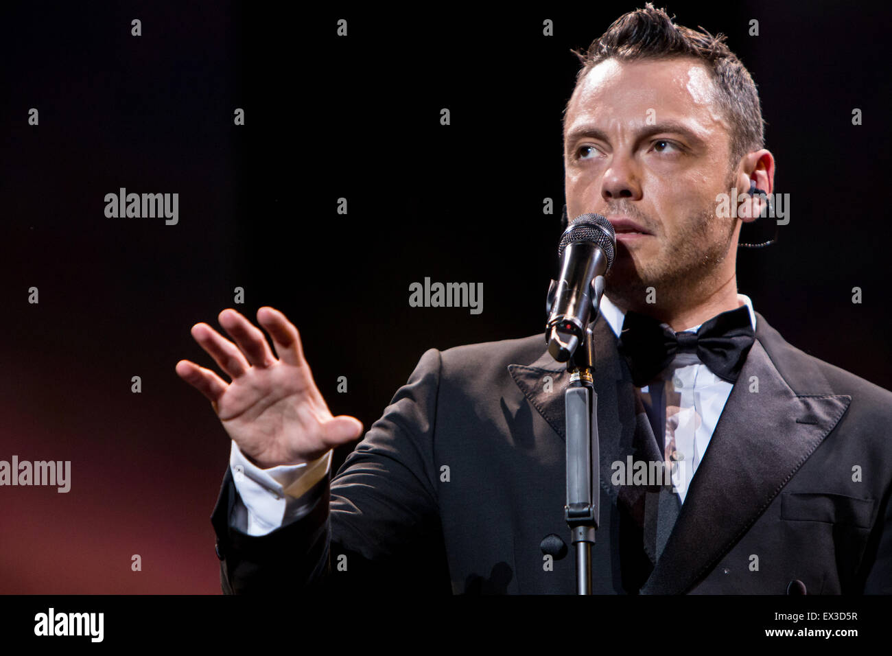 mailand italien 5 juli 2015 der italienische s nger und songwriter tiziano ferro f hrt live. Black Bedroom Furniture Sets. Home Design Ideas