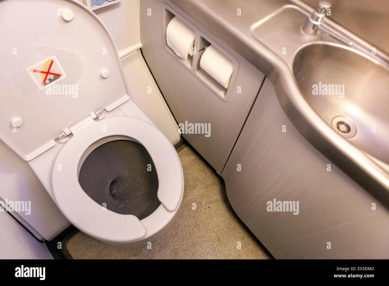 Airbus A320 Flugzeug WC Interieur Stockfoto, Bild: 84899138 - Alamy