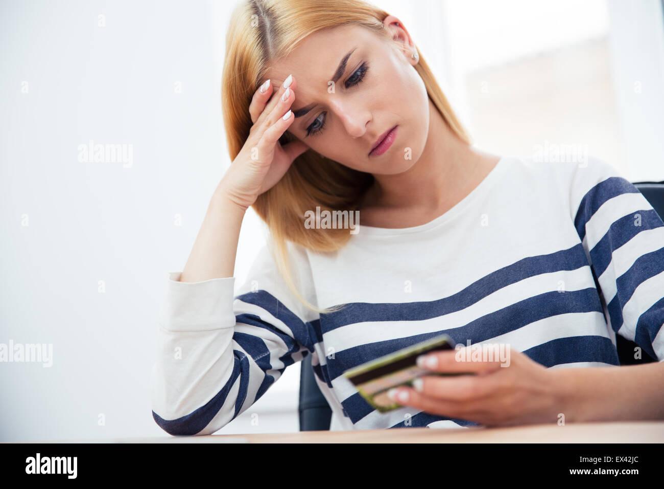 Unglücklich lässige Frau mit EC-Karte Stockbild