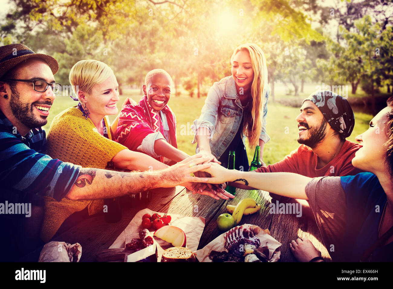 Freunde im freien Camping Teamwork Einheit Konzept Stockbild