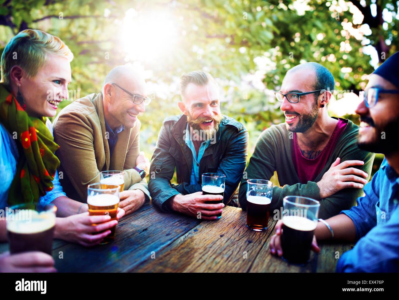 Unterschiedlichste Menschen Freunde trinken Konzept hängen Stockfoto