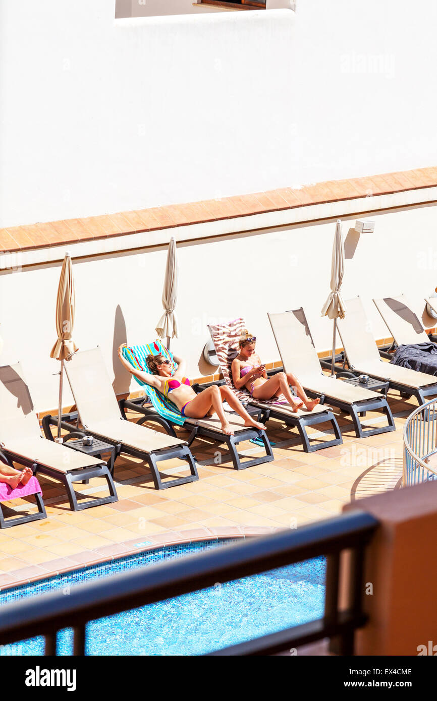 Hübsche Mädchen Sonnen Auf Sonnenliegen Im Bikini Bikinis Von Hotel