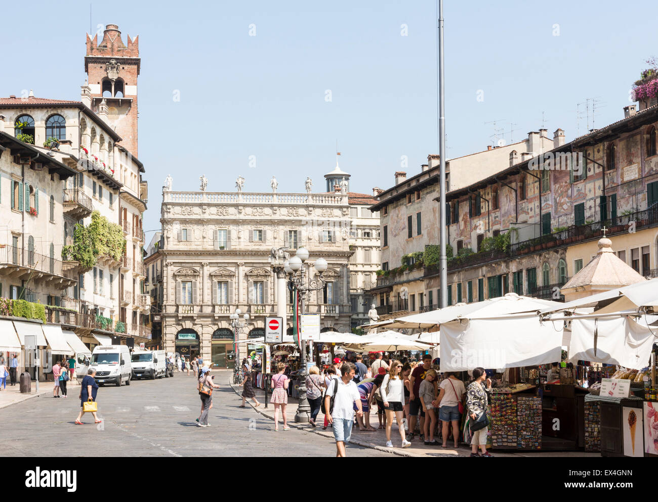 VERONA, Italien - Juni 3: Touristen an der Piazza Delle Erbe in der Altstadt von Verona, Italien am 3. Juni 2015. Stockbild