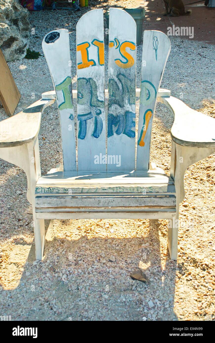 Strandkorb gemalt  Alte baufällige Strandkorb gemalt mit dem Slogan, 'Es ist Zeit ...