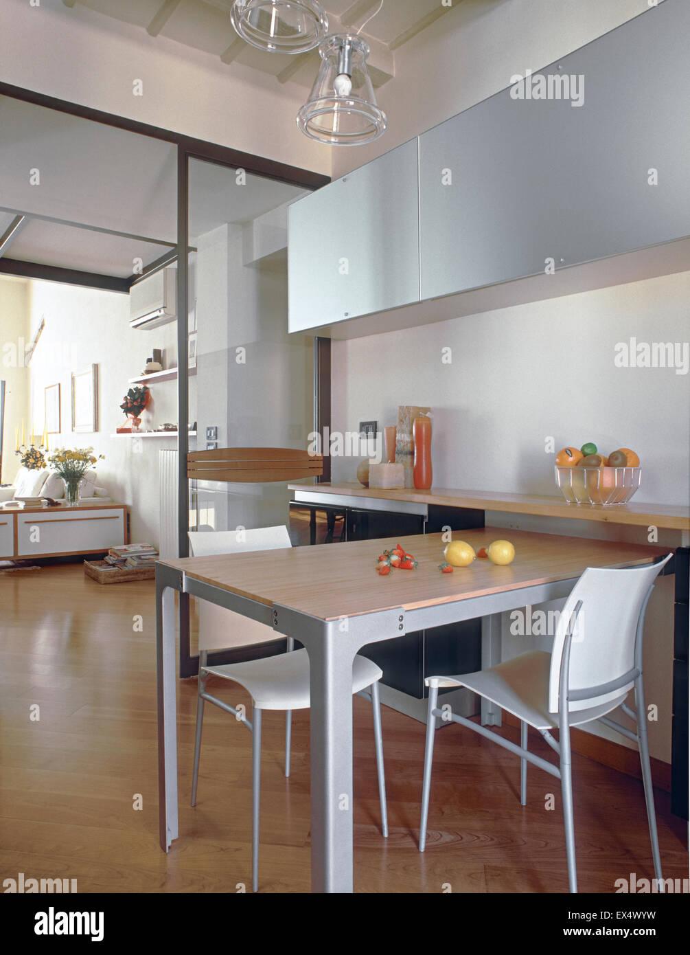 Innenansicht der modernen Küche im Wohnzimmer mit Holzboden, im ...