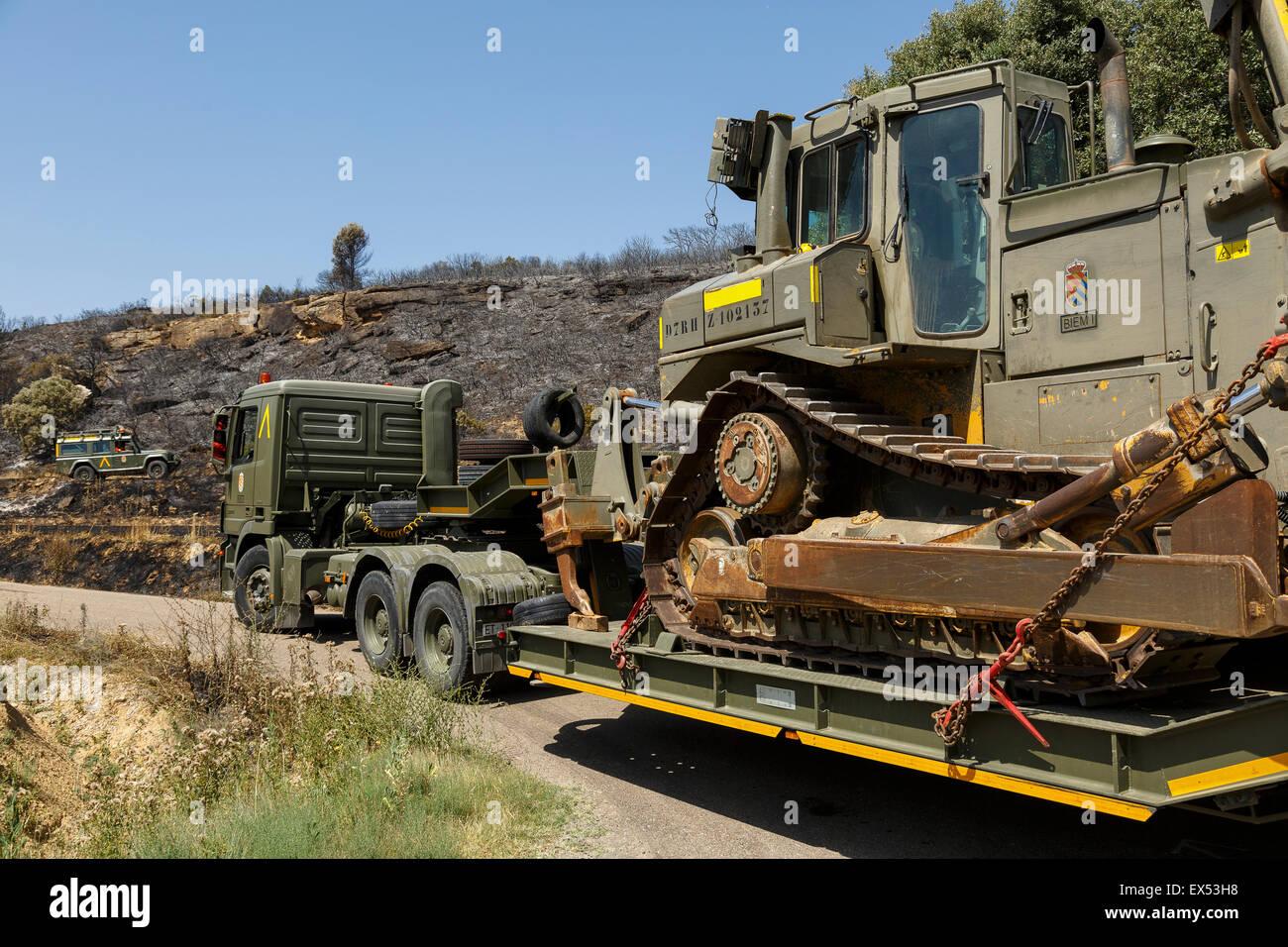 Bulldozer in einem Lastwagen. Waldbrand. Farasdués Dorf.  Provinz Zaragoza. Aragón. Spanien Stockbild