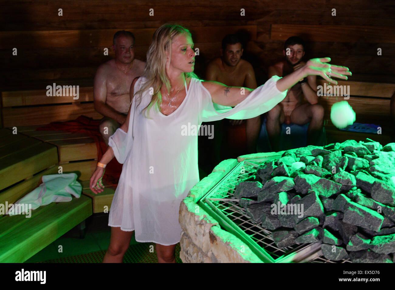 radolfzell deutschland 7 juli 2015 natalie pfeiffer aus sinsheim wirft eine kugel eis auf. Black Bedroom Furniture Sets. Home Design Ideas
