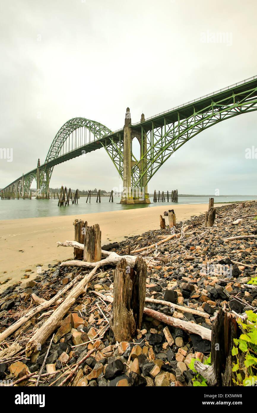 Holz- Masten, Kies und Yaquina Bay Bridge, Newport, Oregon usa Stockbild