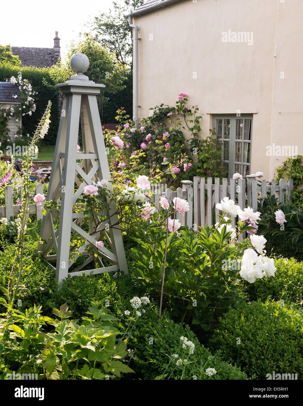 hedge roses stockfotos hedge roses bilder alamy. Black Bedroom Furniture Sets. Home Design Ideas