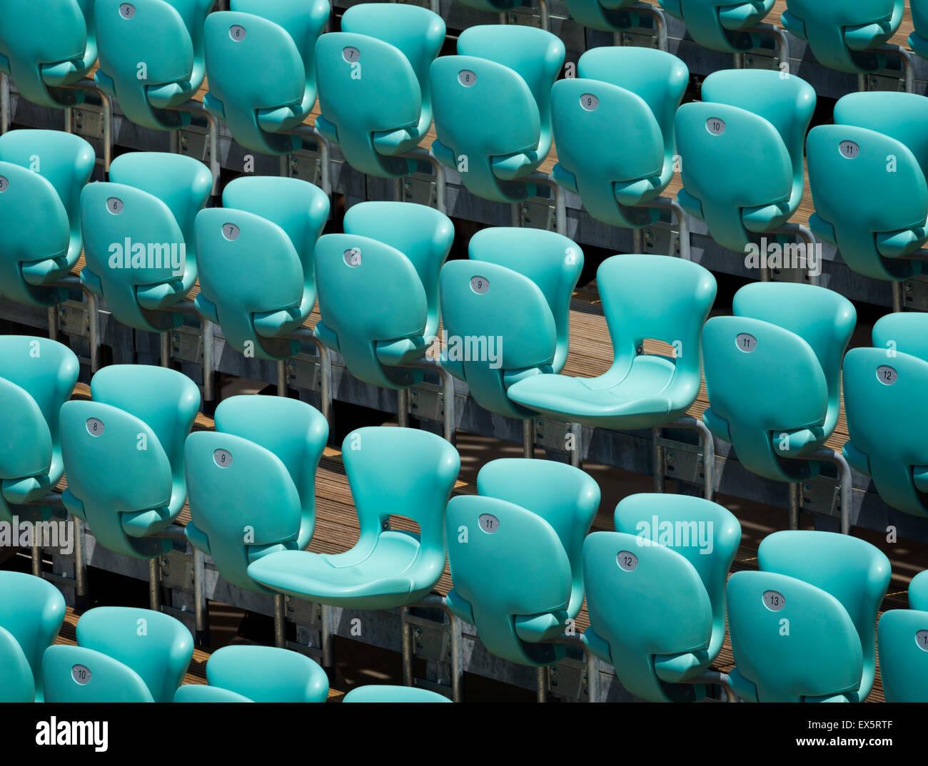 Sitzreihen am Veranstaltungsort für Konzerte. Stockbild