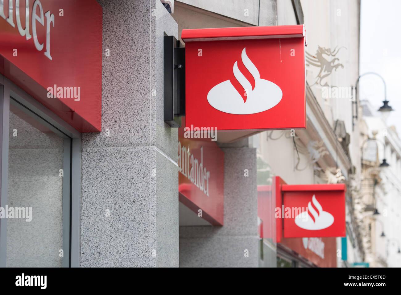 Attractive Santander Bank Zeichen Auf Der Außenseite Einer Niederlassung In Cardiff,  Wales.