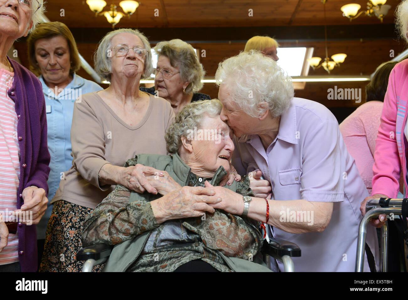 100 100 Jahre Alten Frau Feiert Geburtstag Mit Anderen Heimbewohnern