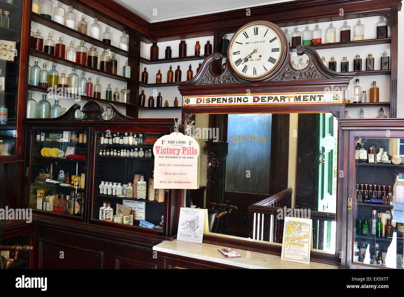 Display des frühen 20. Jahrhunderts Gläser für Krankheit heilt auf dem Display an der Ulster American Stockbild
