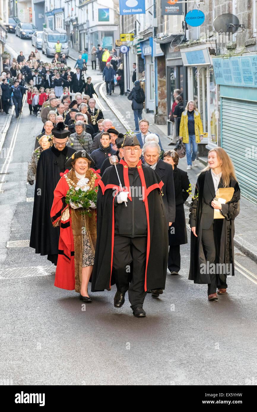 Der Bürgermeister und Stadtrat Beamte führen die Parade zum jährlichen Festtag in St.Ives, Cornwall, Stockbild