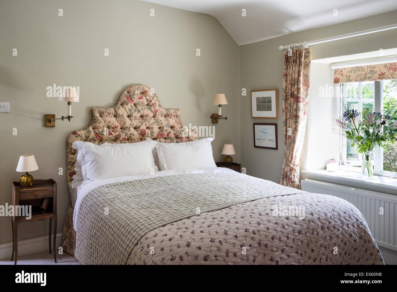 chelsea textilien quilt auf bett mit kopfteil in bennisons shangri la stoff gepolstert stockfoto. Black Bedroom Furniture Sets. Home Design Ideas
