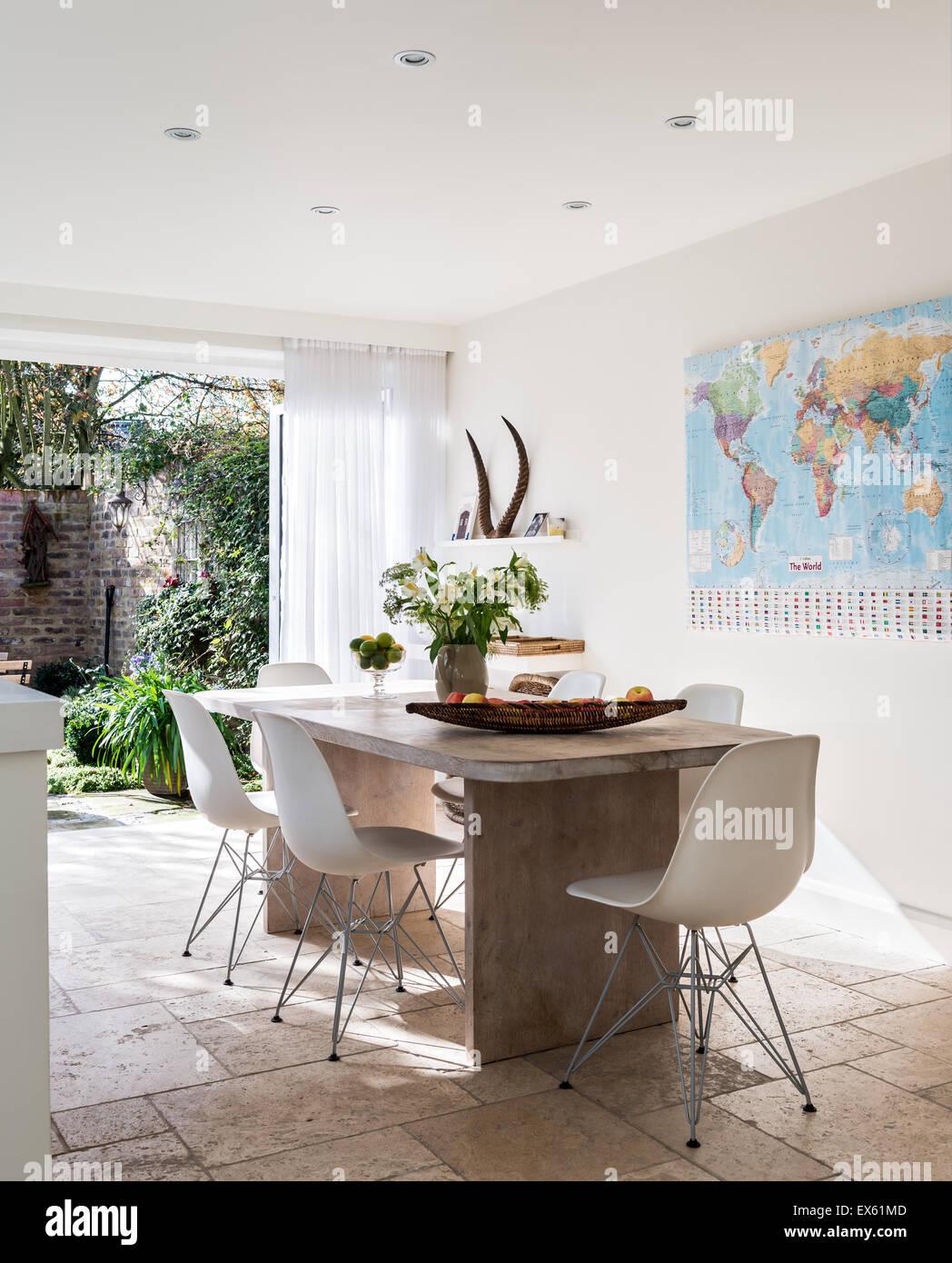Weiße Kunststoff Eames Stühle Um Benutzerdefinierte Gemacht Tisch Von Kalk  Und Gewachster Eiche Stockbild