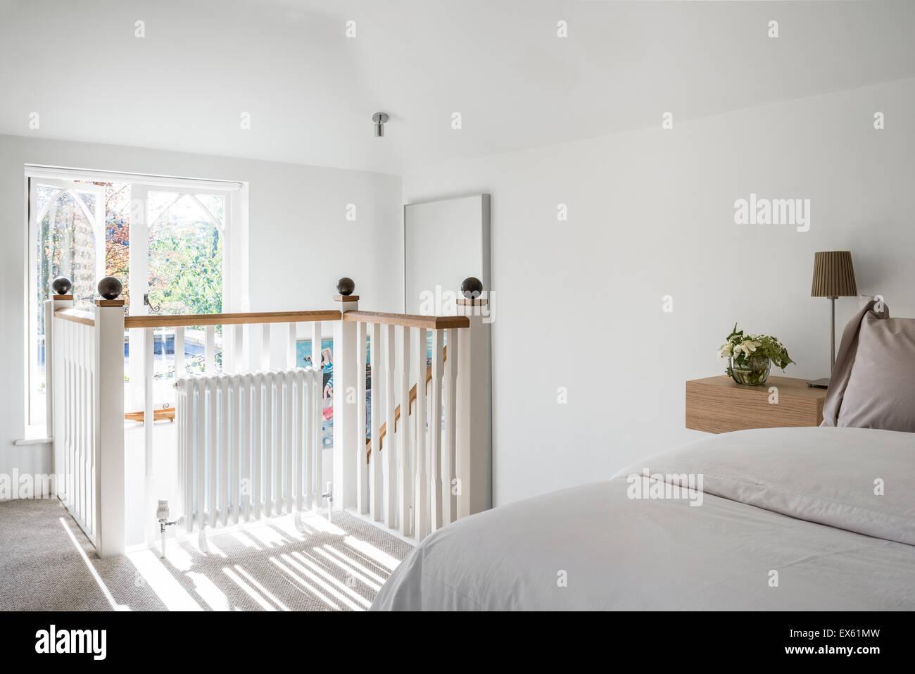 Loft Stil Weiße Schlafzimmer Mit Einfachen Lampen Von Ikea Stockfoto