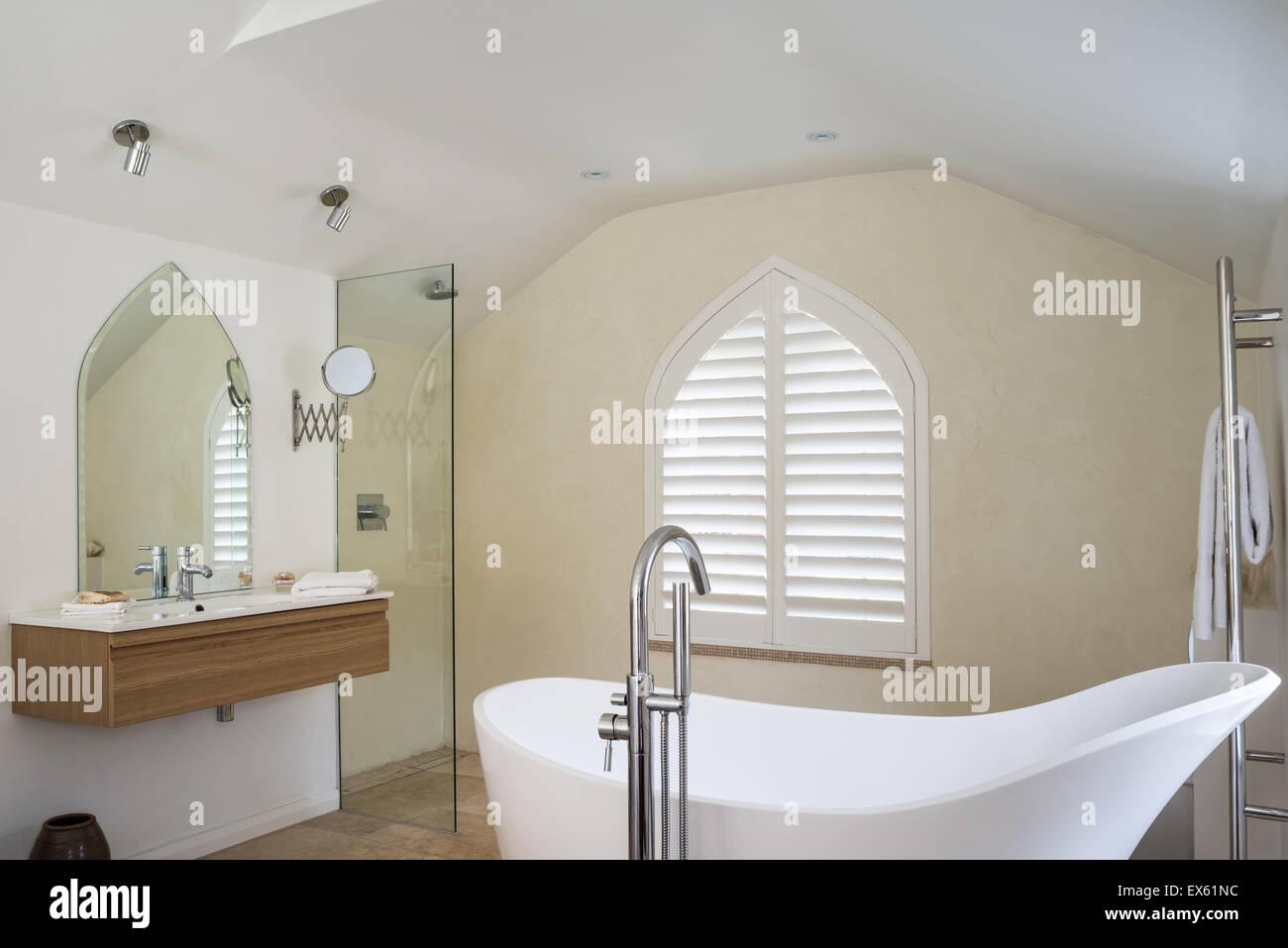 Loft-Stil Schlafzimmer / Badezimmer mit Holzbalken Decke und ...