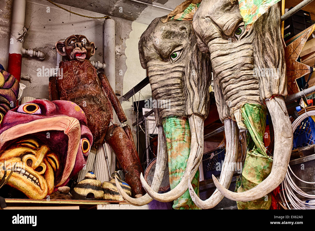 Man With Monkey Mask Stockfotos & Man With Monkey Mask Bilder - Alamy