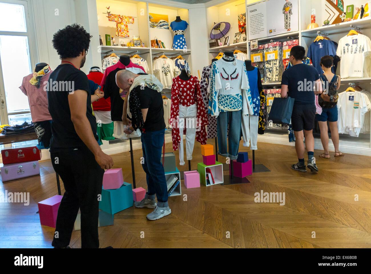 Paris, Frankreich, Menschen beim Einkaufen im Marais-Viertel. Zeigen Sie in Uniglo Kleidung zu speichern japanische Stockbild