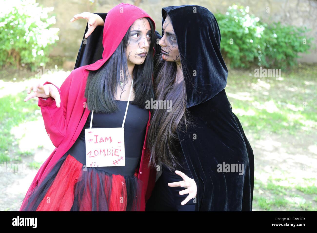ISTANBUL, Türkei - 10. Mai 2015: Mädchen mitmachen und Spaß haben, während Zombie Walk Istanbul Stockbild