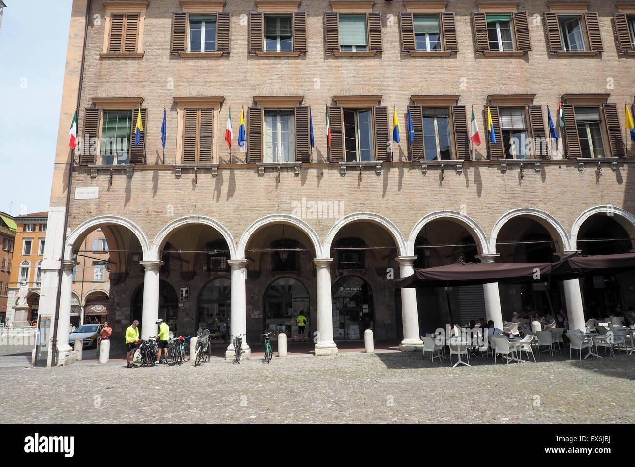 Radfahrer bereitet um ihre Fahrräder an der Piazza Grande, Modena zu montieren. Stockbild