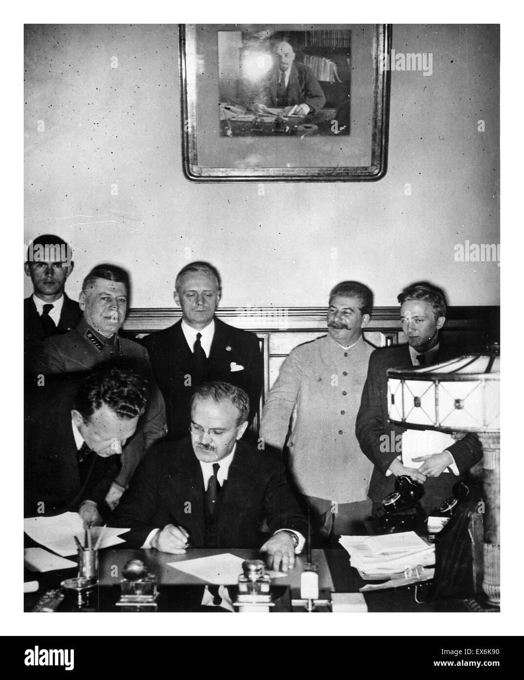 Der russische Außenminister Vyacheslav Molotov Unterzeichnung des Deutsch-sowjetischen Nichtangriffspakt, Moskau, Stockbild