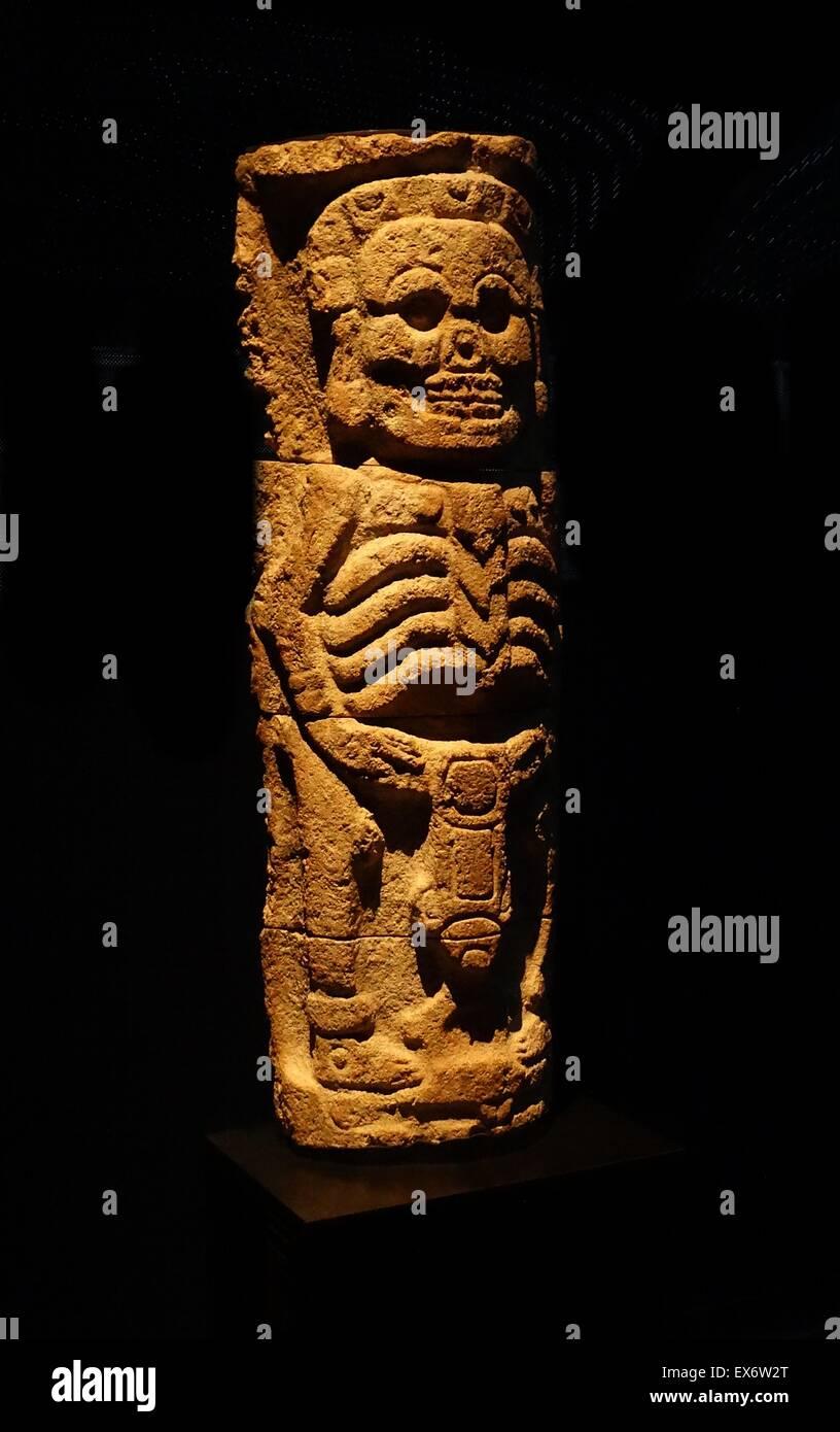 Maya-Steinrelief Spalte, aus der Puuc-Region, Yucatan, Mexiko 800-1000 n. Chr.. Der Gott der Unterwelt wird mit den Augen herausgerissen, als Skelett dargestellt. Stockfoto